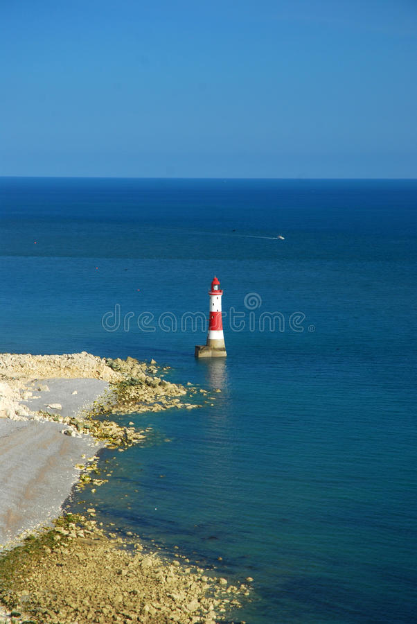 Farol e o mar, Inglaterra sul, Reino Unido imagens de stock royalty free