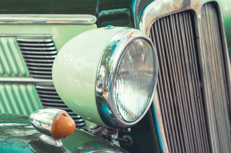 Farol e radiador de um fim retro velho do carro acima fotografia de stock royalty free