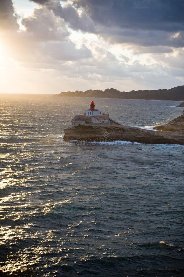 Farol em rochas sobre o mar foto de stock