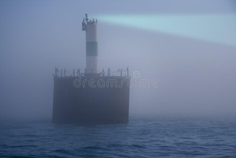Farol na névoa fotografia de stock