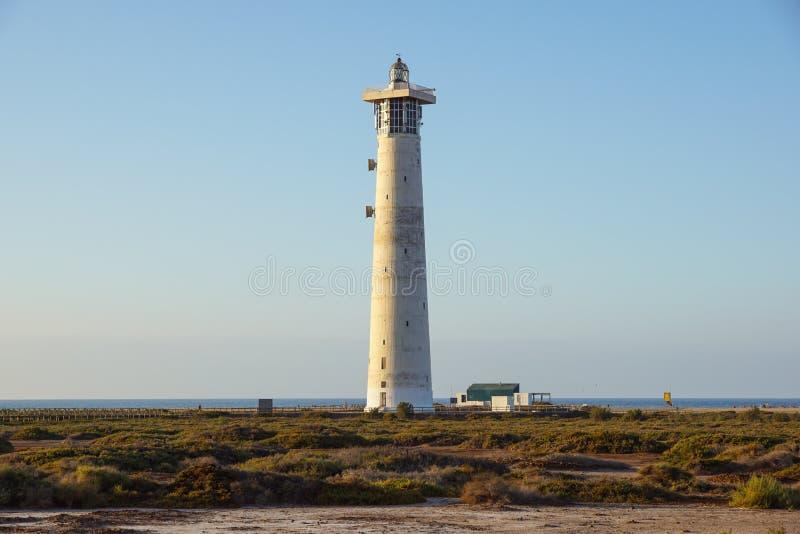 Farol na praia de Morro Jable na península de Jandia na luz do nascer do sol, Fuerteventura, Ilhas Canárias, Espanha imagem de stock royalty free