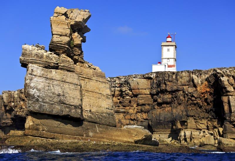 Farol no cabo Carvoeiro, dos Corvos de Nau Peniche, Portugal imagem de stock