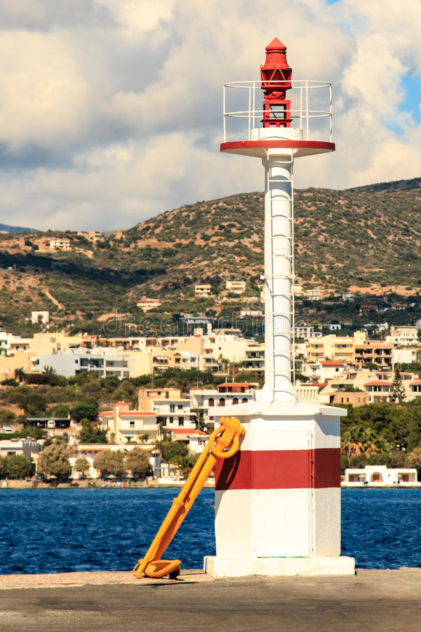 Farol no porto de Agios Nikolaos Greece imagem de stock royalty free
