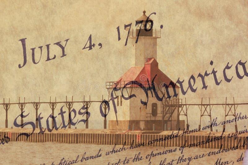 Farol norte do cais de St Joseph da exposição dobro ao longo da linha costeira do Lago Michigan com fundo da constituição dos E.U imagens de stock royalty free