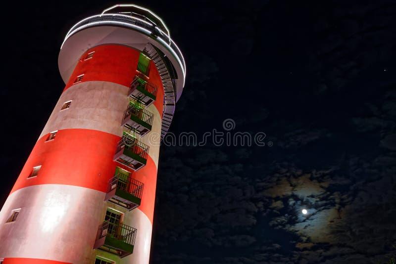 Farol pela Lua cheia na noite imagens de stock royalty free