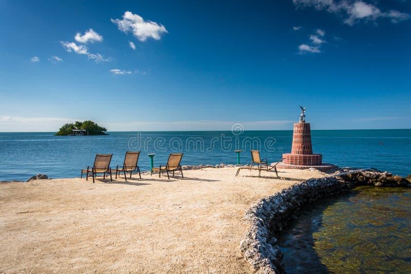 Farol pequeno e praia rochosa na maratona, Florida fotografia de stock