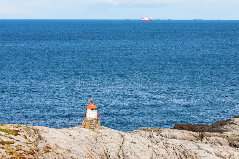Farol pequeno na costa rochosa imagem de stock royalty free