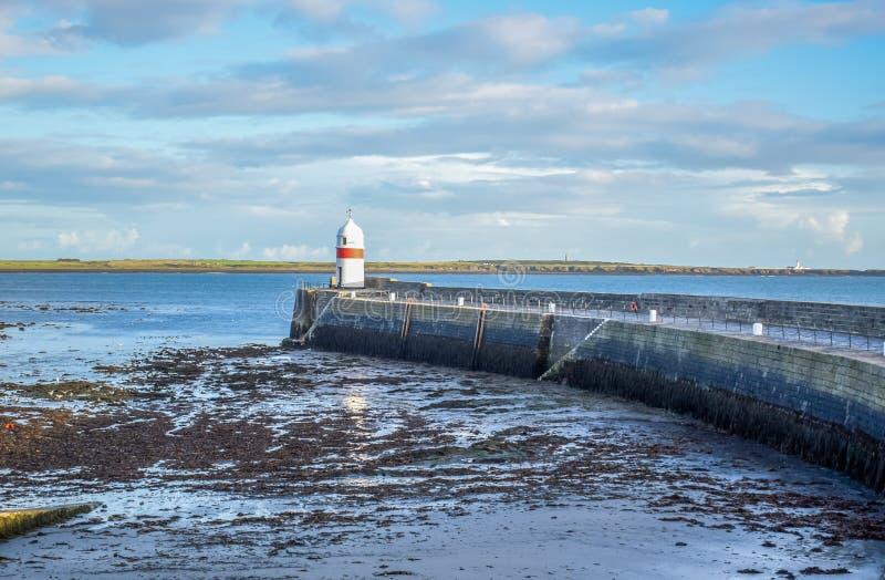Farol pequeno no litoral na ilha do homem foto de stock royalty free
