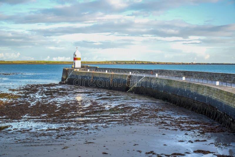 Farol pequeno no litoral na ilha do homem imagem de stock