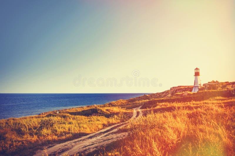 Farol perto de um mar no tempo do outono foto de stock royalty free