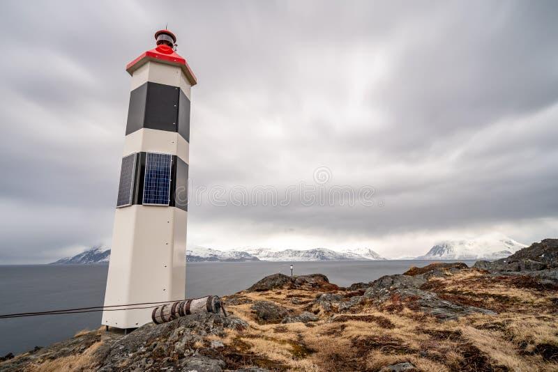 Farol preto e branco no fiorde norueguês imagem de stock