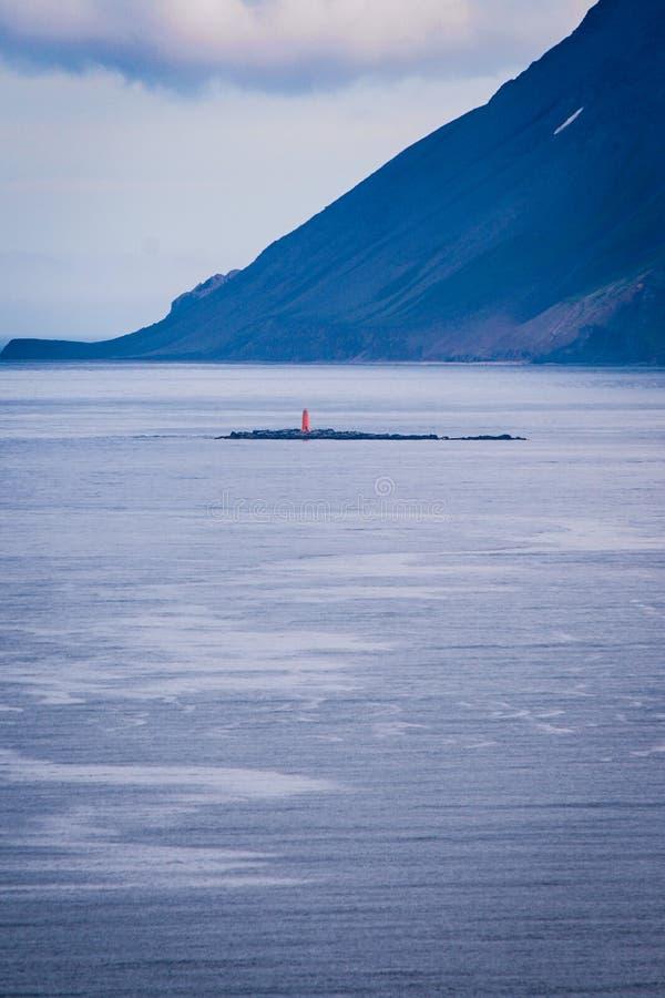 Farol só no mar fotografia de stock