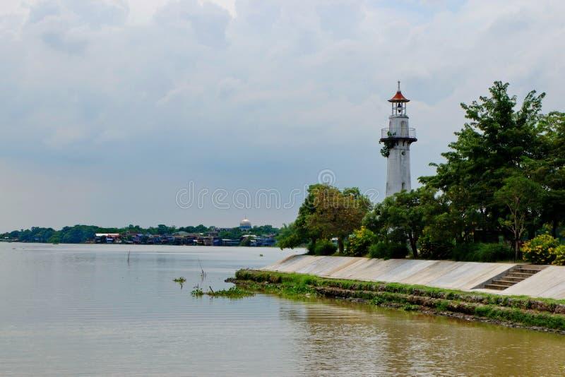 Farol situado ao longo do rio fotos de stock royalty free