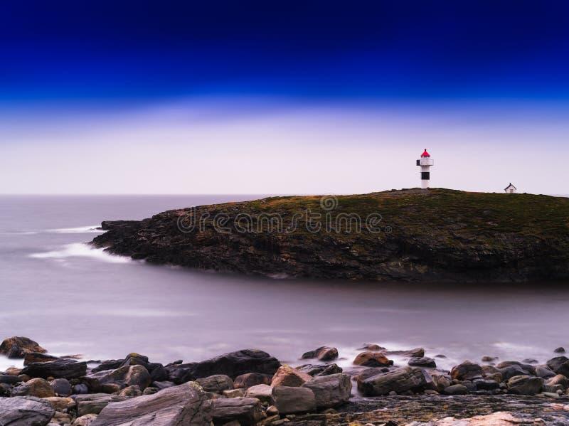Farol vívido horizontal de Noruega na baía do oceano foto de stock royalty free