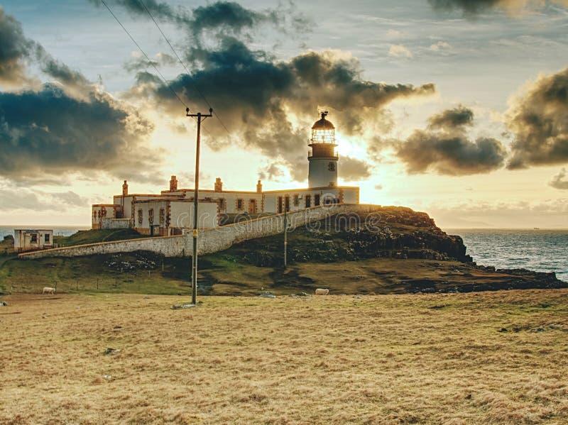 Farol velho da paisagem, torre clara branca com construção para a navegação no cuspe fino da ilha fotos de stock royalty free