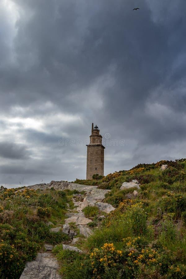 Farol velho de um Coruña em Galiza, Espanha O farol o mais velho no mundo na opera??o Torre de Hercoles, enfrentar de pedra da t imagem de stock