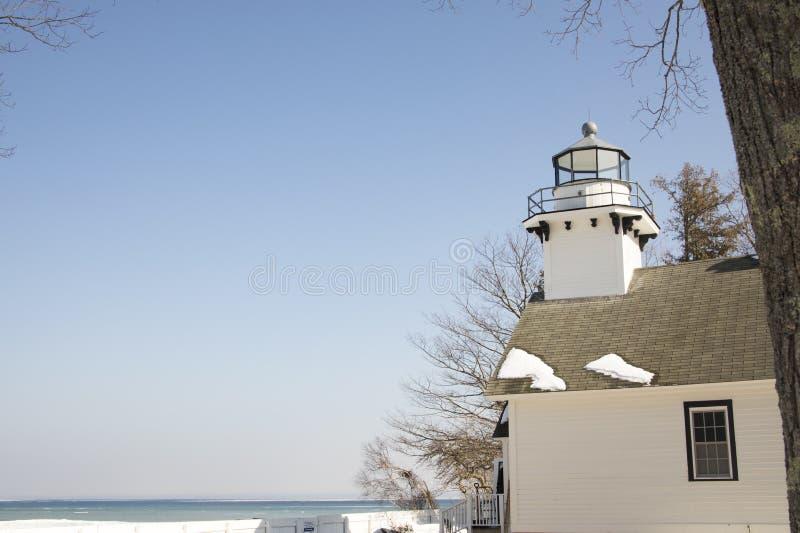 Farol velho histórico da missão, cidade transversal, Michigan na vitória fotos de stock