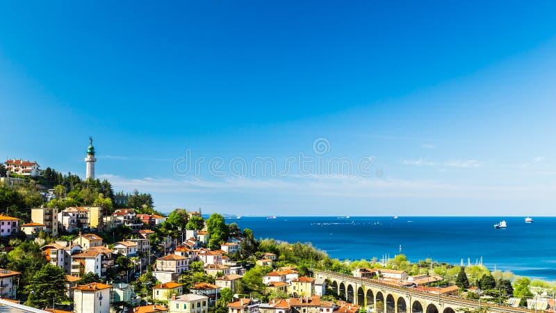 Farol velho na baía de Trieste imagens de stock royalty free
