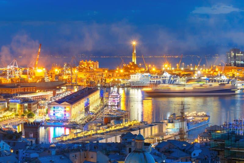 Farol velho no porto de Genoa na noite, Itália fotografia de stock