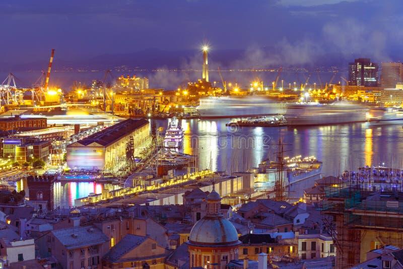 Farol velho no porto de Genoa na noite, Itália foto de stock