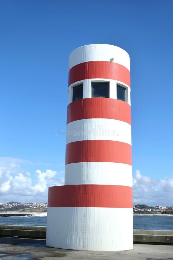 Farol vermelho e branco em Porto, Portugal fotos de stock