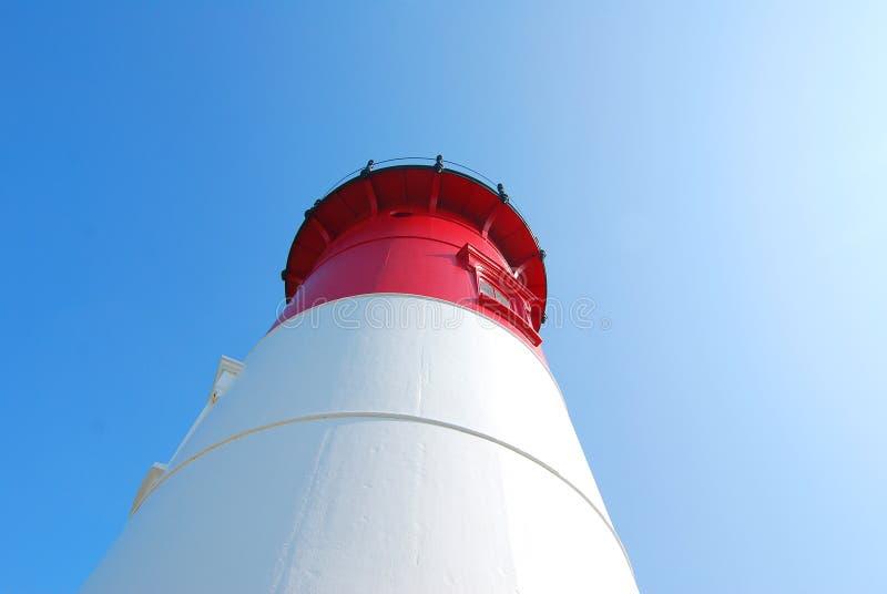 Farol visto de baixo de, vermelho e branco imagem de stock