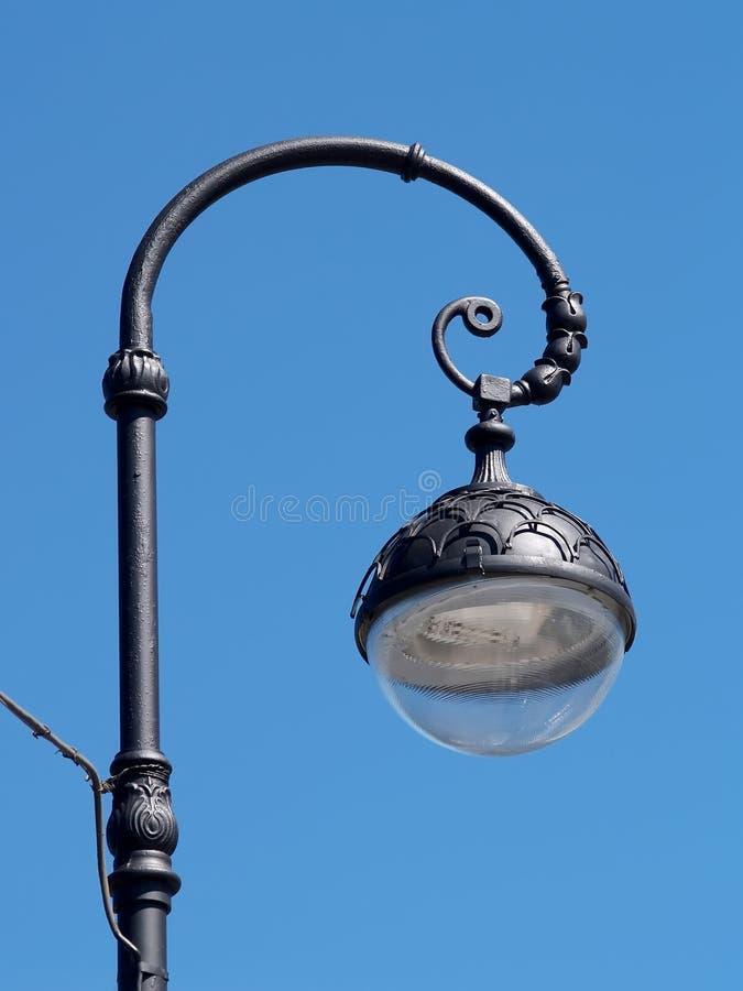 Farola decorativa contra la perspectiva del cielo azul St Petersburg fotografía de archivo libre de regalías