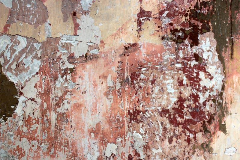 Farrapo de uma pintura velha multi-colorida em uma superfície de uma parede de pedra fotos de stock royalty free