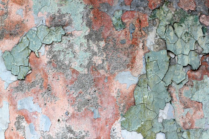 Farrapo de uma pintura velha multi-colorida em uma superfície de uma parede de pedra foto de stock