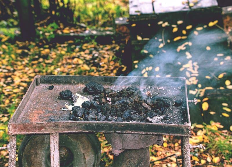 Farrières ouvriers fourneaux portatifs Brûler du charbon dans la fournaise photographie stock libre de droits