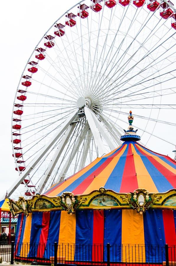 Farriswiel en Overladen Carrousel bij de Marinepijler royalty-vrije stock foto's