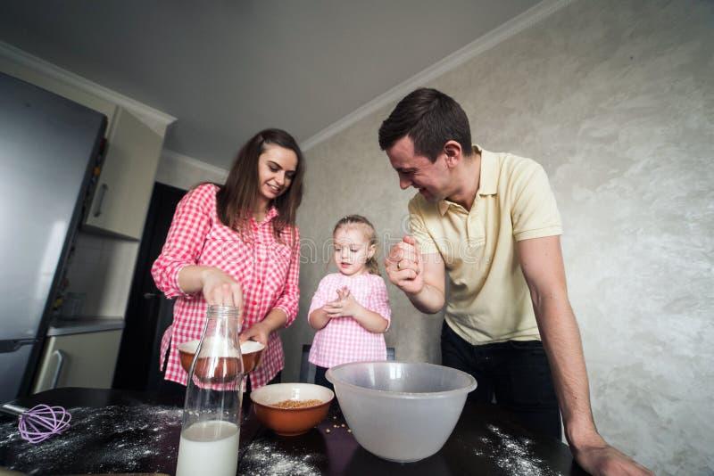 Farsa, mamma och dotter tillsammans i köket arkivbilder