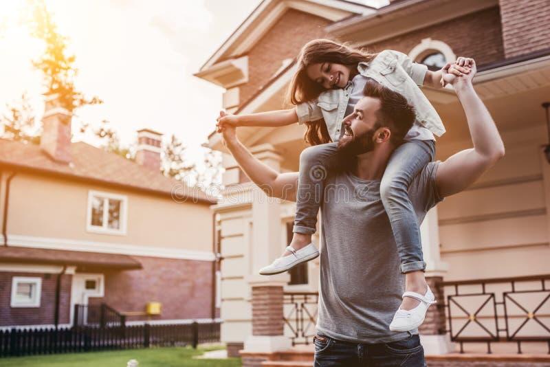 Farsa med dottern utomhus royaltyfri bild