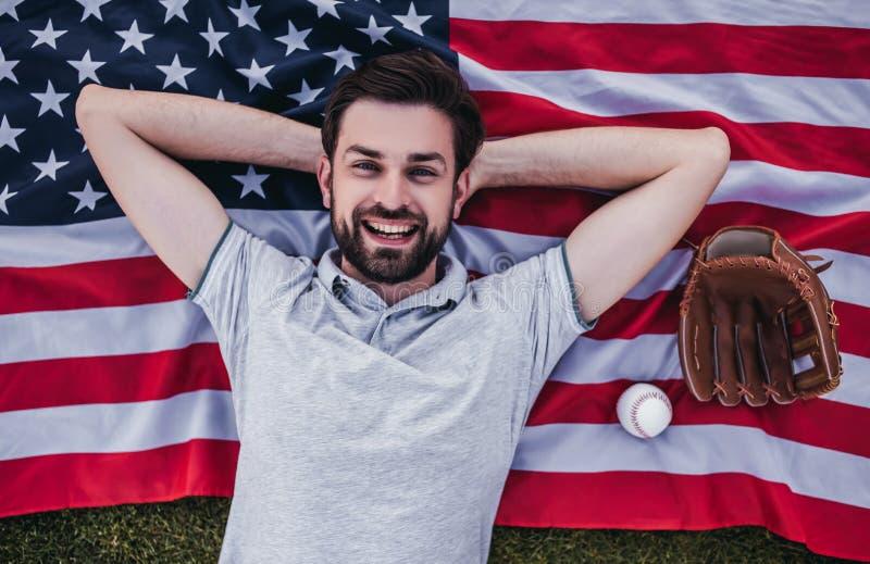 Farsa med sonen som spelar baseball arkivbild