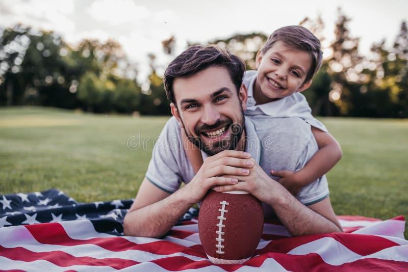 Farsa med sonen utomhus fotografering för bildbyråer