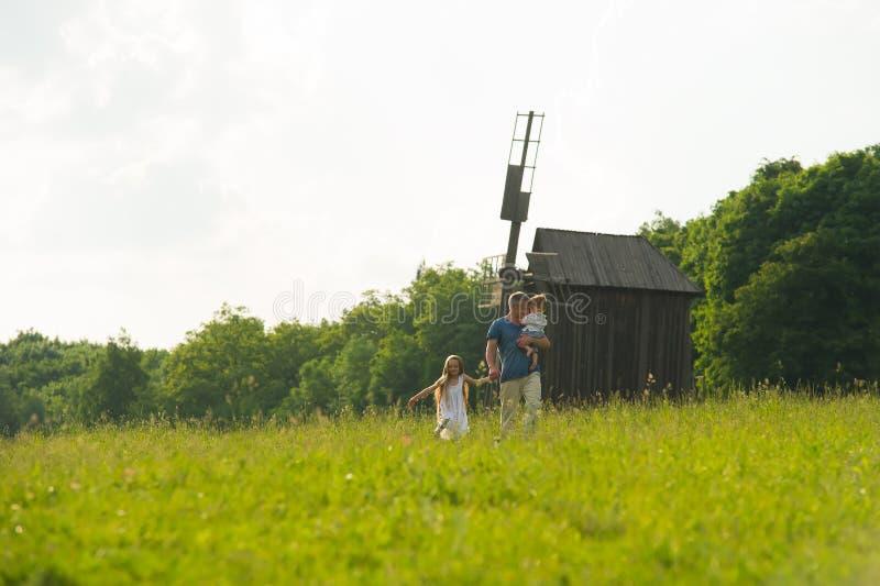 Farsa med ungar på gräsmattan royaltyfria foton