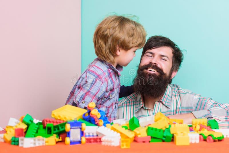Farsa- och barnbyggande av plast- kvarter Barnav?rdbegrepp lycklig familj Barns utveckling och uppfostran Fader och arkivbilder