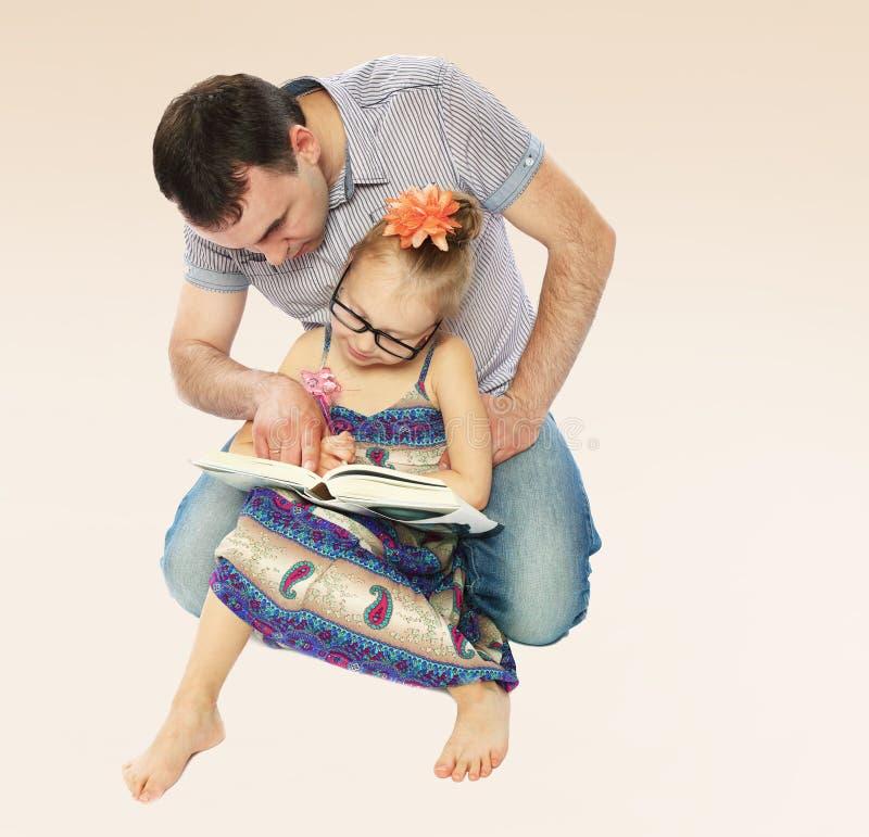 Farsa och dotter som läser en bok royaltyfri bild