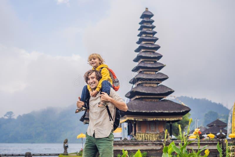 Farsa och son i bakgrunden av Pura Ulun Danu Bratan, Bali Högt arkivfoton