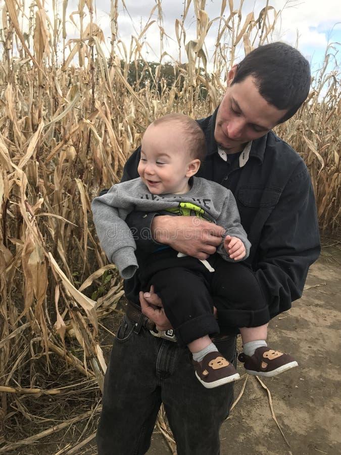 Farsa och son i havrelabyrint royaltyfria foton