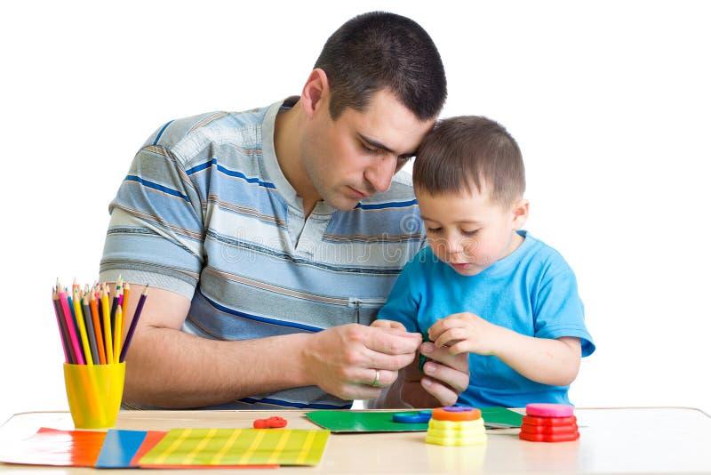 Farsa och son som handworking på tabellen royaltyfri foto