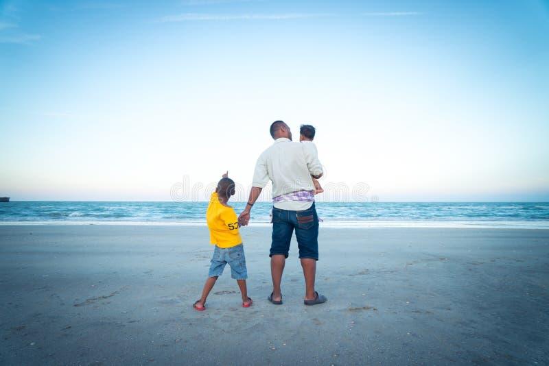Farsa- och sonlek på stranden royaltyfri bild
