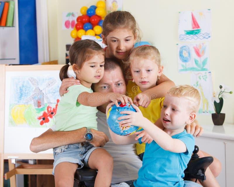 Farsalek med barn royaltyfria bilder