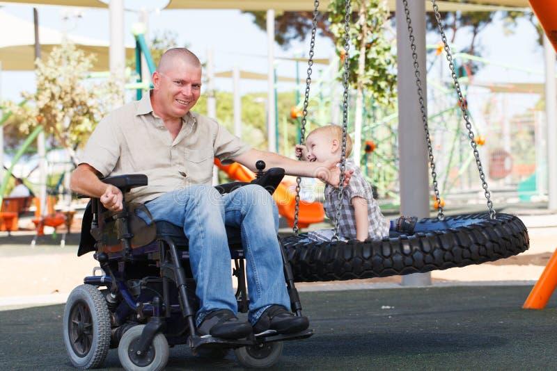 Farsalek med sonen som är utomhus- på, parkerar royaltyfri foto