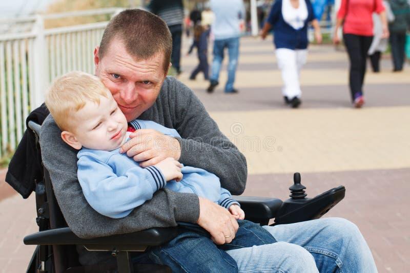 Download Farsalek med sonen utanför arkivfoto. Bild av meningar - 37347048