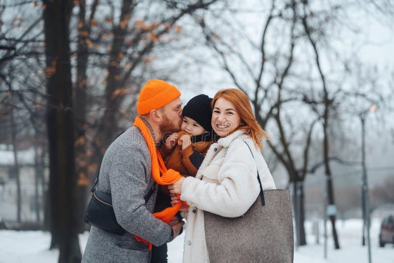 Farsamamman och behandla som ett barn i parkera i vinter royaltyfri fotografi