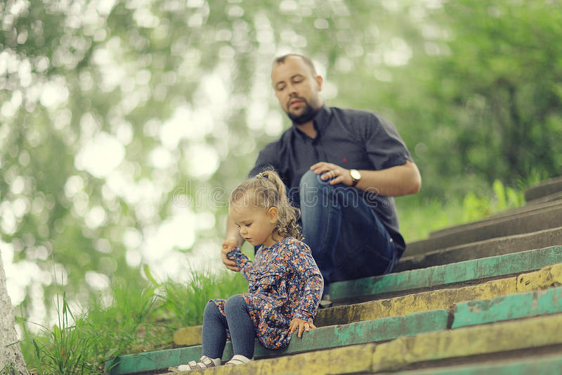 Farsan går med hans dotter parkerar in royaltyfria bilder
