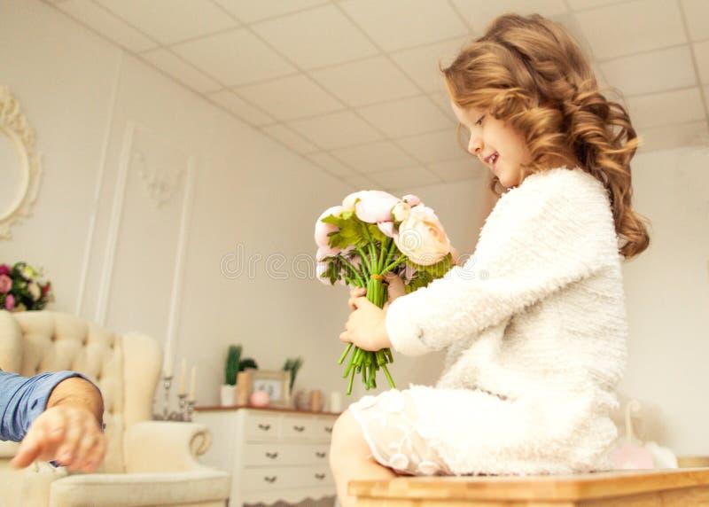 Farsan ger hans dotter blommor royaltyfria bilder