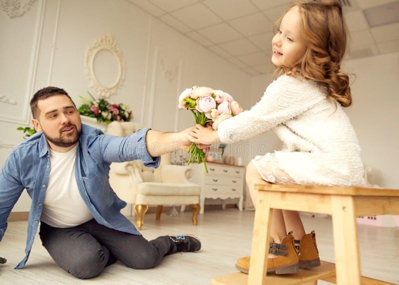 Farsan ger hans dotter blommor royaltyfri fotografi