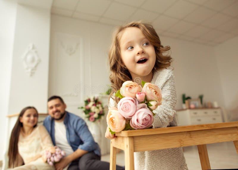Farsan ger hans dotter flowers/ fotografering för bildbyråer